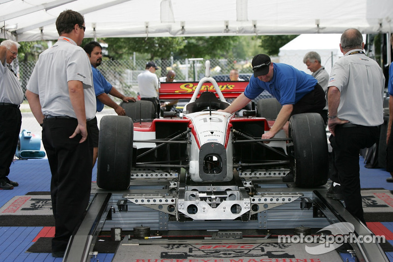 La voiture de Dale Coyne Racing à l'inspection technique