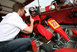 Allan McNish gives a few tips to Roger Clemens