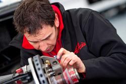 Механик AirAsia готовит машину Давиде Вальсекки