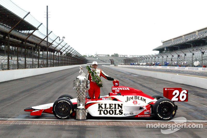2005: Racewinnaar Dan Wheldon poseert met de Borg Warner trophy en zijn auto