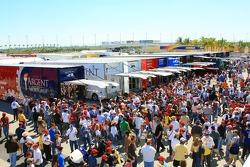 Foule autour du garage Rahal Letterman Racing