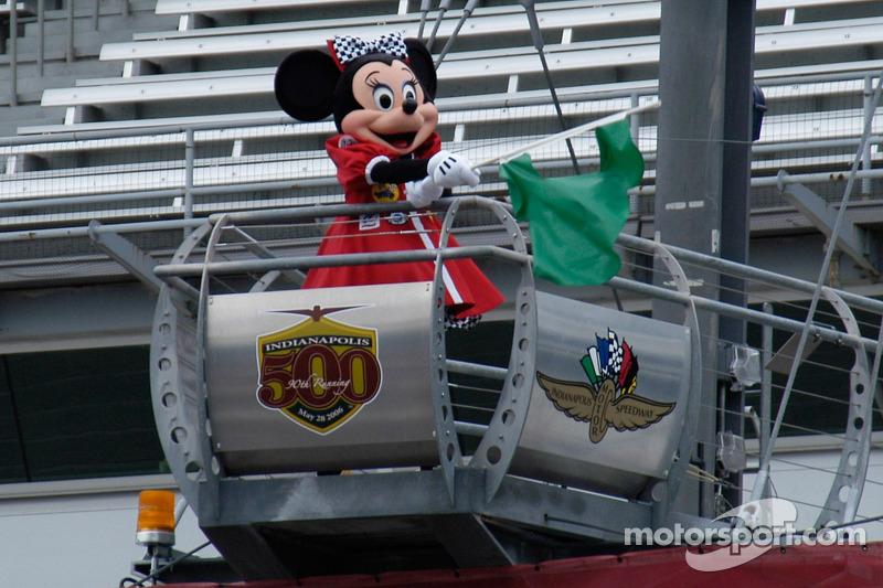 Minnie agîte le drapeau vert