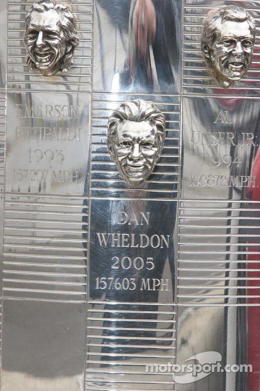 La photo de Dan Wheldon décore le trophée Bord Warner