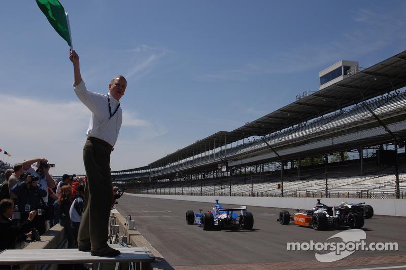 Le maire Indianapolis Bart Peterson agîte le drapeau vert