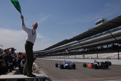 Indianapolis mayor Bart Peterson waves the green flag