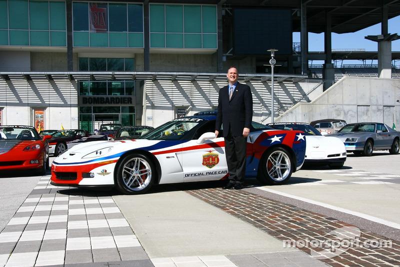 Le manager général de Chevrolet Ed Peper avec la Chevrolet Corvette Z06 au 90e Indianapolis 500