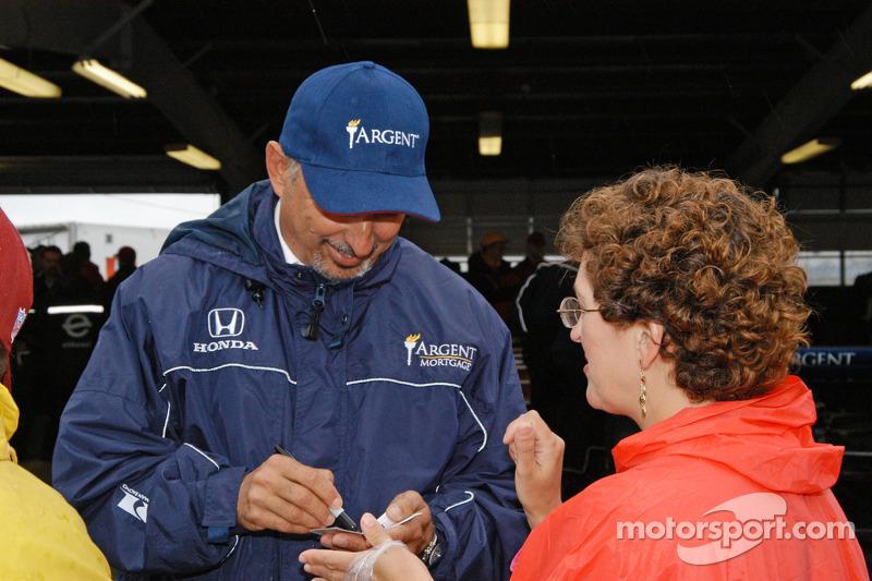 Bobby Rahal signe des autographes