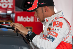 Lewis Hamilton sale del auto de Tony Stewart