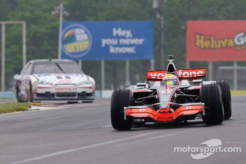 Lewis Hamilton en su McLaren MP4-23 y Tony Stewart en su Chevy Impala Sprint Cup