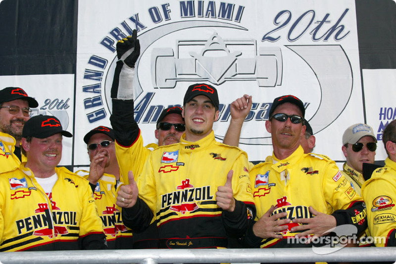 Race winner Sam Hornish Jr. with his crew