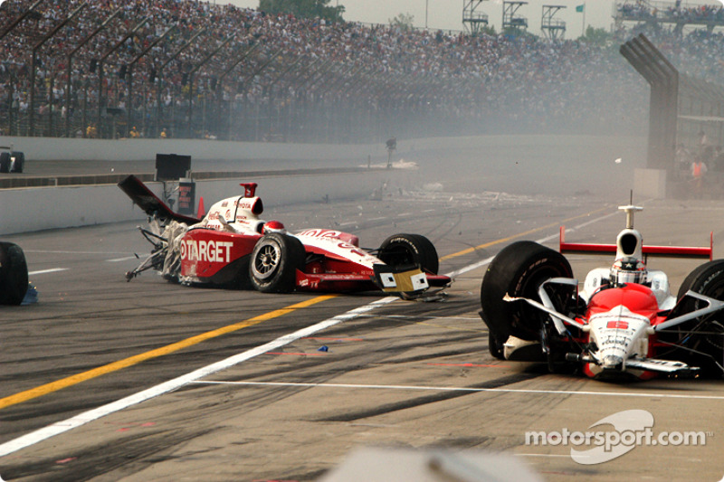 2004: Darren Manning en Sam Hornish Jr. crashen in de pitstraat