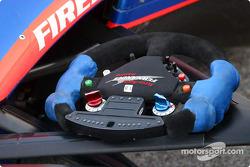 Adrián Fernández volante en la suspensión delantera antes de la carrera