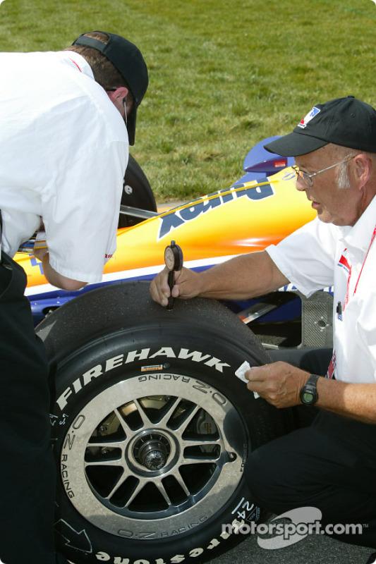 Un mécanicien vérifie les températures des pneus