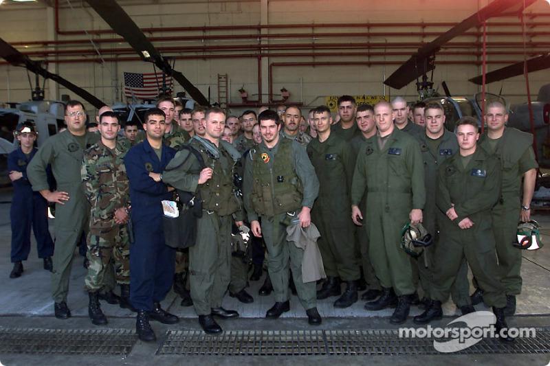 Patrick Carpentier pose avec le capitaine Aaron Marx après avoir pris part à une mission d'entraînement à bord de l'hélicoptère Cobra