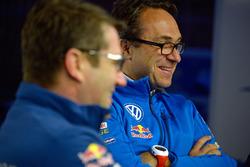 Франсуа-Ксавье Демезон и руководитель Volkswagen Motorsport Свен Сметс