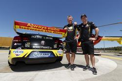 Teambesitzer Charlie Schwerkolt und Lee Holdsworth unterstützen Surf Life Saving Queensland