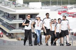 Esteban Gutiérrez, Haas F1 Team  camina por el circuito con el equipo