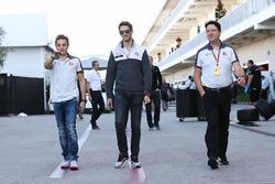 (L naar R): Charles Leclerc, Haas F1 Team Testrijder met Romain Grosjean, Haas F1 Team en Dave O'Neill, Haas F1 Team Team Manager
