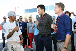 Lewis Hamilton, Mercedes AMG F1 con Steve Jones, Channel 4 F1 Presentador y  David Coulthard, Red Bull Racing y Scuderia Toro Advisor / Channel 4 F1 Comentarista
