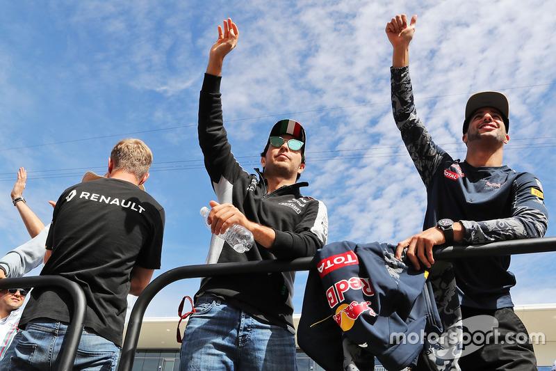 Sergio Pérez, Sahara Force India F1 y Daniel Ricciardo, Red Bull Racing en el desfile de pilotos
