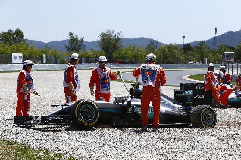 Lewis Hamilton, Mercedes AMG F1 W07 Hybrid y Nico Rosberg, Mercedes AMG F1 W07 Hybrid en la grava después de chocar