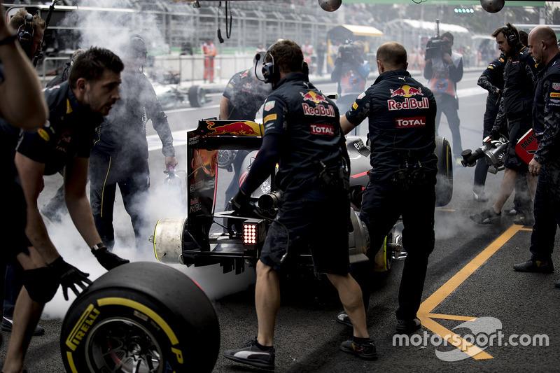 Fuego en los frenos del Red Bull Racing RB12 de Max Verstappen en el pitlane
