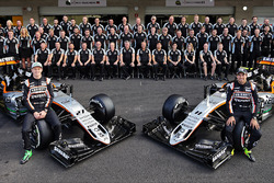 (L naar R): Nico Hulkenberg, Sahara Force India F1 en teamgenoot Sergio Perez, Sahara Force India F1 bij een teamfoto
