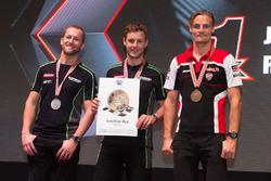 Le podium du Championnat du monde Superbike 2016 : deuxième place pour Tom Sykes, Kawasaki; titre de Champion du monde pour Jonathan Rea, Kawasaki; et troisième place pour Chaz Davies, Ducati Team