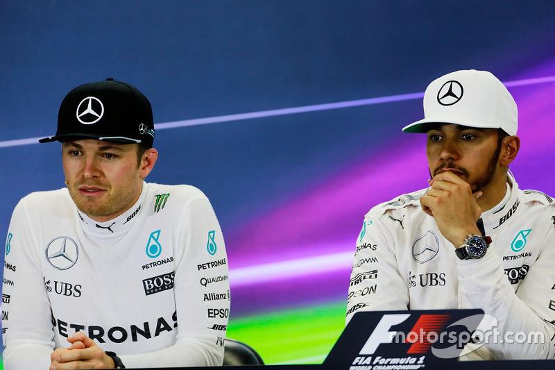 Nico Rosberg y Lewis Hamilton, Mercedes AMG F1, en la conferencia de prensa de la FIA