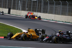 Kevin Magnussen, Renault Sport F1 Team RE16 and Jenson Button, McLaren Honda F1 Team MP4-31