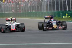 Esteban Gutierrez, Haas F1 Team VF-16; Daniil Kvyat, Scuderia Toro Rosso STR11