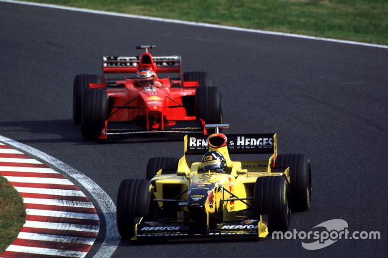 Damon Hill, Jordan, devant Michael Schumacher, Ferrari