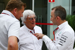 Bernie Ecclestone con Paddy Lowe, Mercedes AMG F1