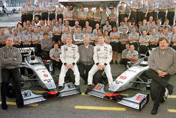 Photo de groupe de la victorieuse écurie McLaren Mercedes : (devant de gauche à droite) Ron Dennis, le vainqueur Mika Hakkinen, Jurgen Schrempp, PDG Daimler-Benz, le second David Coulthard, et Norbert Haug, Mercedes Sport Chief