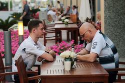 Stoffel Vandoorne, McLaren prueba y controlador de reserva con Matt Bishop, responsable de prensa de McLaren