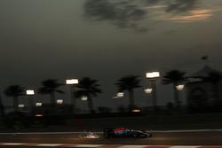 Pascal Wehrlein, Manor Racing MRT05 envoie des étincelles dans les airs