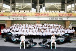 Lewis Hamilton, Mercedes AMG F1 y Nico Rosberg, Mercedes AMG F1 con todo el equipo