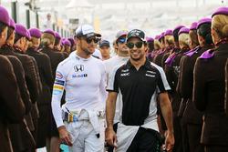 Jenson Button, McLaren con Sergio Pérez, Sahara Force India F1 en el desfile de pilotos