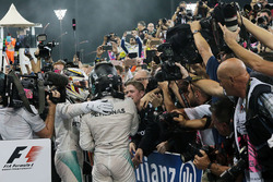 Race winner Lewis Hamilton, Mercedes AMG F1 celebrates with second place World Champion Nico Rosberg, Mercedes AMG F1 in parc ferme