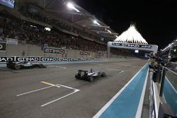 Le vainqueur Lewis Hamilton, Mercedes AMG F1 W07 Hybrid franchit la ligne d'arrivée devant le Champion du monde Nico Rosberg, Mercedes AMG F1 W07 Hybrid