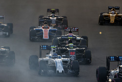 Valtteri Bottas, Williams FW38, Jenson Button, McLaren MP4-31 y Romain Grosjean, Haas VF-16, en la arrancada