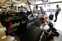 El equipo trabaja en el coche de Fernando Alonso, McLaren