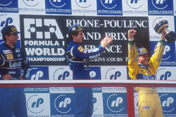 Podium: ganador, Alain Prost, Williams, segundo, Damon Hill, Williams, tercero, Michael Schumacher, Benetton