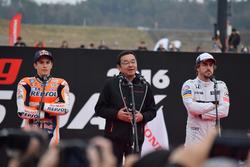 Marc Márquez,  Takahiro Hachigo y Fernando Alonso