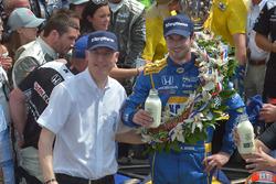 Alexander Rossi nach seinem Sieg beim Indy 500 2016 mit James Verrier