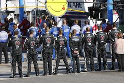 Stewart-Haas Racing teamleden tijdens het volkslied