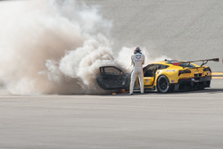 Marcel Fässler mit Feuerlöscher an der brennenden #4 Corvette Racing, Chevrolet Corvette C7.R