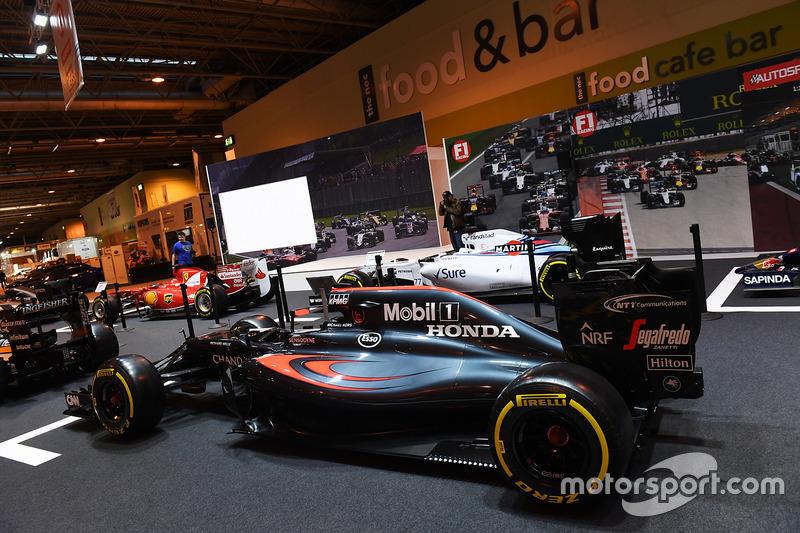 Une McLaren sur le stand F1 Racing