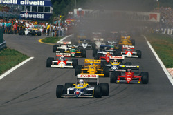 Старт гонки: Найджел Мэнселл, Williams FW11B Honda, Герхард Бергер, Ferrari F187, Айртон Сенна, Lotus 99T Honda, Нельсон Пике, Williams FW11B Honda, и Ален Прост, McLaren MP4/3 TAG Porsche