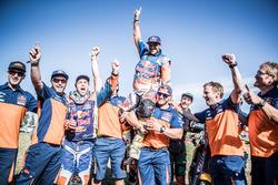 #14 Red Bull KTM Factory Racing: Sam Sunderland y #16 Red Bull KTM Factory Racing: Matthias Walkner celebra con el equipo
